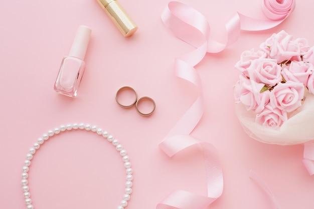 Bukiet Panny Młodej Z Różowych Róż, Obrączek ślubnych, Naszyjnika, Lakieru Do Paznokci I Różowej Wstążki Premium Zdjęcia