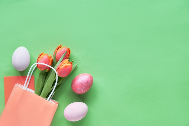 Bukiet Pomarańczowych Tulipanów W Papierowej Torbie, Ozdobne Pisanki I Karta Podarunkowa, Kopia Przestrzeń Premium Zdjęcia