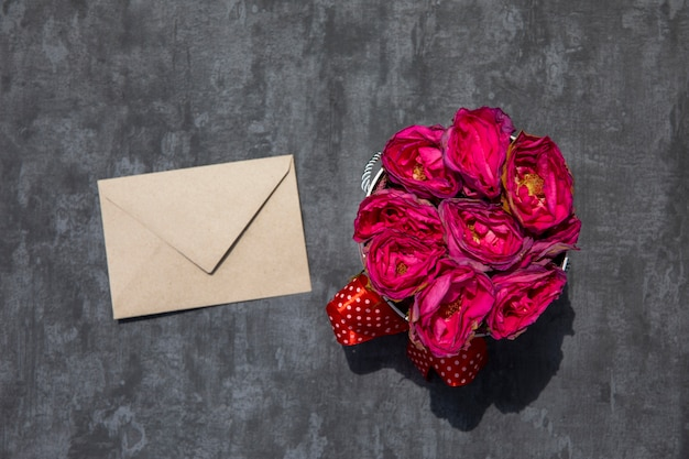 Bukiet Róż Z Białą Kopertą Darmowe Zdjęcia