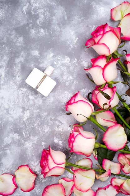 Bukiet Róże Z Pachnidłem Na Szarym Tle Z Kopii Przestrzenią Premium Zdjęcia