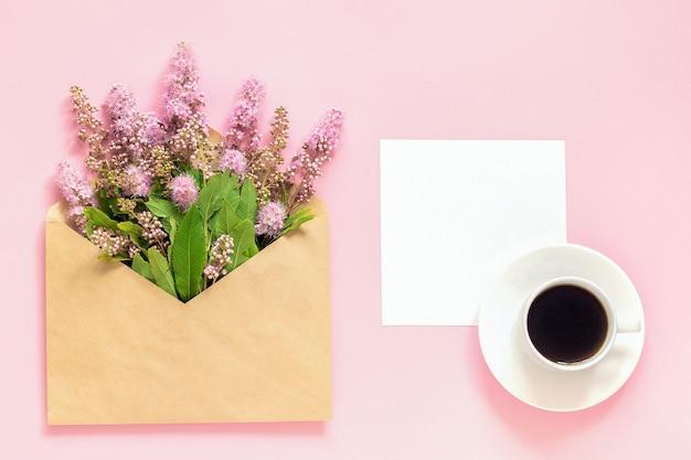 Bukiet różowe kwiaty w kopercie Premium Zdjęcia