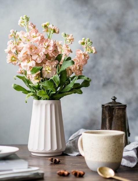 Bukiet Różowych Kwiatów Matiolu W Wazonie, Vintage Dzbanek Do Kawy, Kubek Z Kawą I Przyprawami Na Drewnianym Brązowym Stole. Premium Zdjęcia