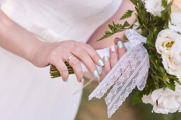 Bukiet ślubny w rękach panny młodej Premium Zdjęcia