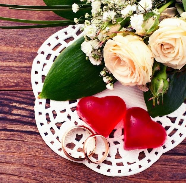 Bukiet ślubny Z Białych Kwiatów Na Powierzchni Drewnianych Premium Zdjęcia