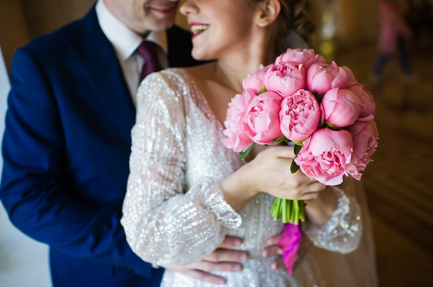 Bukiet ślubny z różowe piwonie Premium Zdjęcia