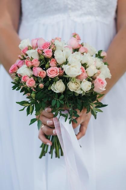 Bukiet ślubny Z Różowymi I Białymi Różami W Rękach Panny Młodej Premium Zdjęcia