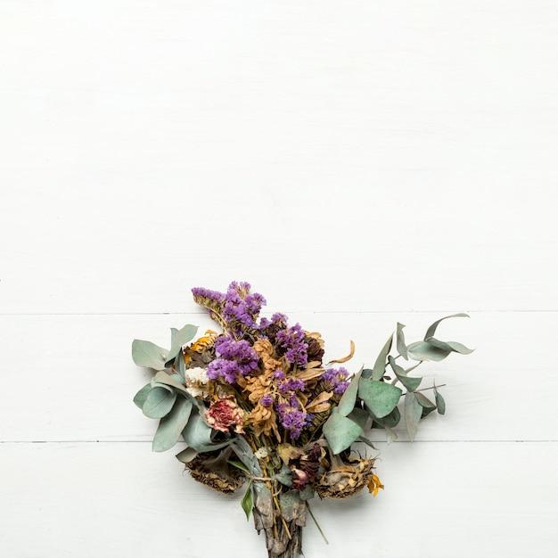 Bukiet Suszonych Ziół I Kwiatów Na Białej Powierzchni Darmowe Zdjęcia