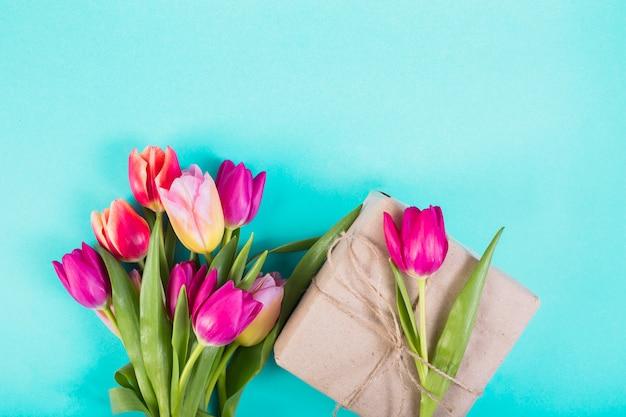 Bukiet Tulipanów I Obecne Pudełko Darmowe Zdjęcia