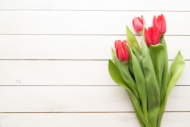 Bukiet Wiosennych Tulipanów Na Białym Tle Drewniane, Leżał Płasko Widok Z Góry Premium Zdjęcia