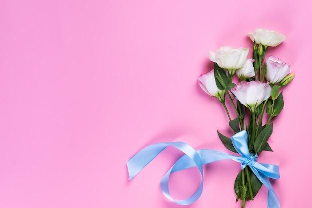 Bukieta Kwitnienia Różowy Eustoma Na Różowym Tle, Mieszkanie Nieatutowy. Walentynki, Urodziny, Matka Lub ślub Kartkę Z życzeniami Premium Zdjęcia