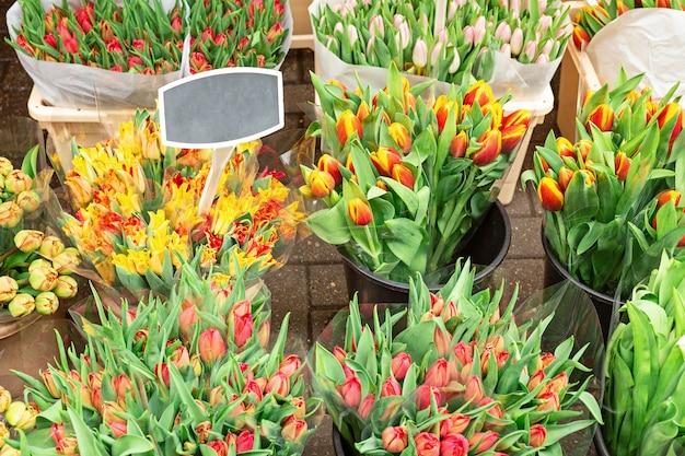 Bukiety Pięknych Kwiatów Tulipanów Na Sprzedaż Na Targu Kwiatowym Premium Zdjęcia