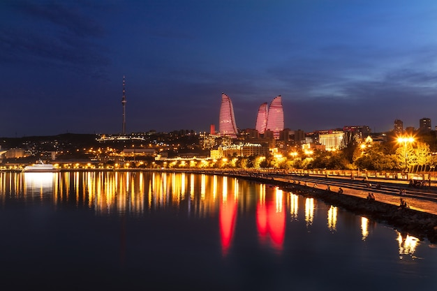 Bulwar Morza Kaspijskiego W Baku Nocą Premium Zdjęcia