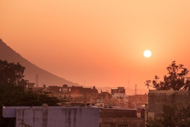 Bundi, radżastan, indie. pejzaż o zachodzie słońca, kolorowe niebo. Premium Zdjęcia