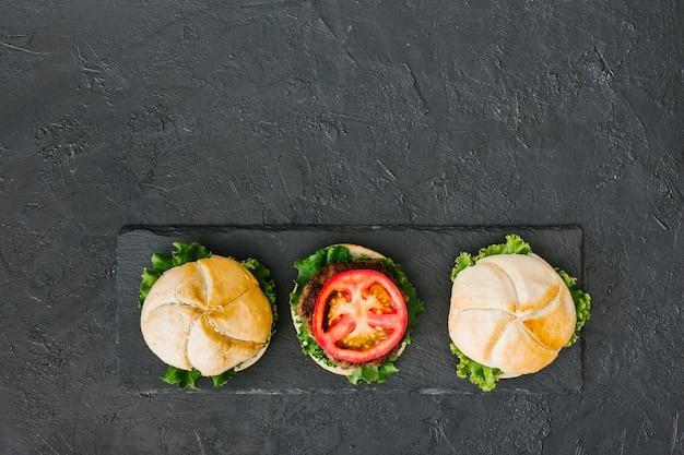 Burger Lay-up Na łupku Z Copyspace Darmowe Zdjęcia