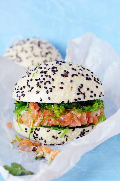 Burger Rybny Z Tatarem Z łososia I Wakame Hiashi Na Bułce Parowej Premium Zdjęcia