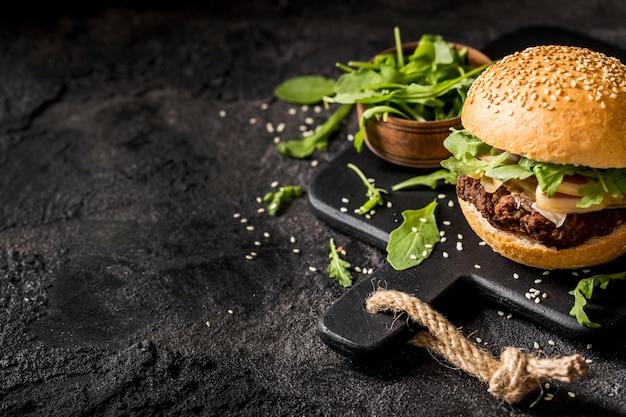 Burger Z Boczkiem I Sałatką Darmowe Zdjęcia