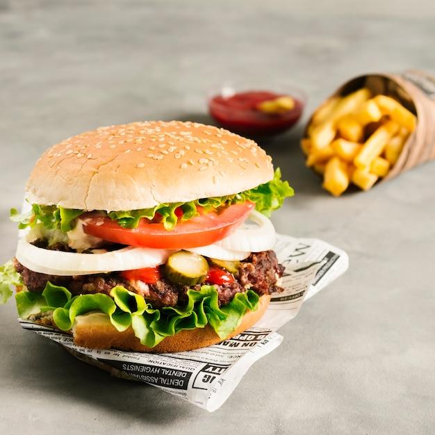Burger Z Dużym Kątem I Frytkami Na Gazecie Darmowe Zdjęcia