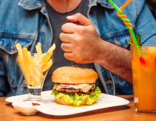 Burger z kurczaka z czerwoną cebulą, serem, ogórkiem kiszonym, sałatą, pomidorem Darmowe Zdjęcia