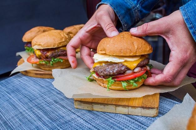 Burger z wołowiną i warzywami Premium Zdjęcia