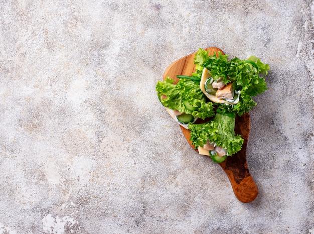 Burrito ketogeniczne o niskiej zawartości węglowodanów owinięte w sałatę Premium Zdjęcia