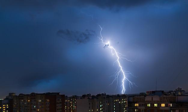 Burza z piorunami nad miastem Premium Zdjęcia
