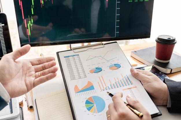 Business team inwestor przedsiębiorca inwestowanie omawianie i analiza danych na wykresach i wykresach giełdowych negocjacje i budżet badawczy Premium Zdjęcia