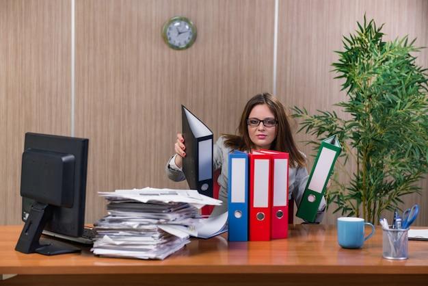 Businesswoman Pod Wpływem Stresu Pracuje W Biurze Premium Zdjęcia