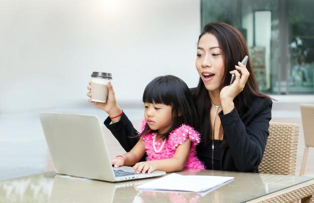 Businesswoman Pracy W Domu Z Córką Premium Zdjęcia