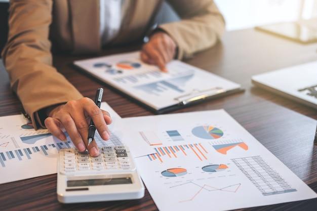 Businesswoman robi finansów i obliczyć o kosztach inwestycji w nieruchomości Premium Zdjęcia