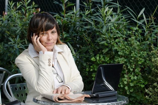 Businesswoman Siedzi Przed Laptopem Podczas Rozmowy Przez Telefon Darmowe Zdjęcia