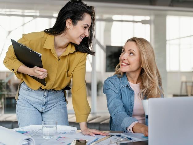 Businesswomen Rozmawia, Patrząc Na Siebie Darmowe Zdjęcia