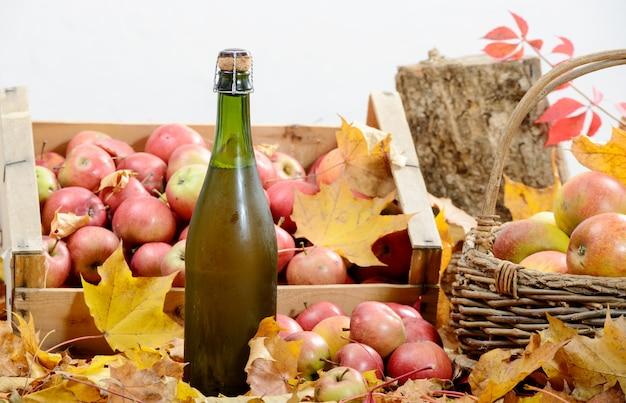 Butelka Cydru Z Normandii Z Wieloma Jabłkami Premium Zdjęcia