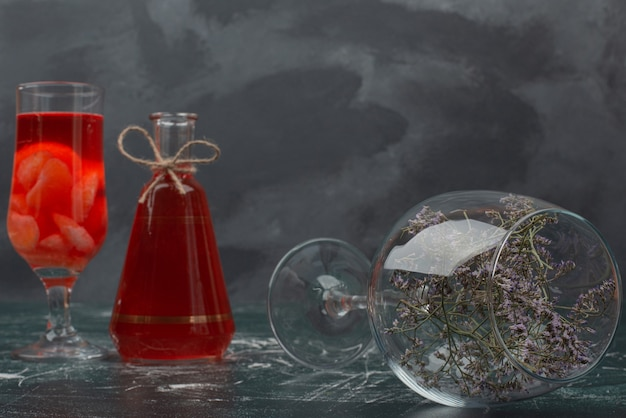 Butelka I Szkło Z Sokiem I Szkłem Z Kwiatem. Darmowe Zdjęcia