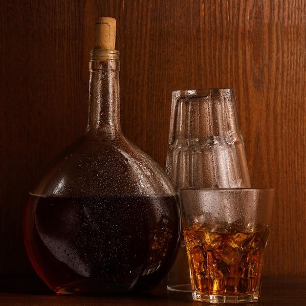 Butelka i szkło z whisky Premium Zdjęcia