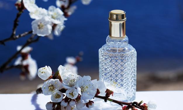 Butelka Perfum Na Przyrodę. Flakon Perfum Na Kolekcję Zapachów Kosmetyków Naturalnych Premium Zdjęcia