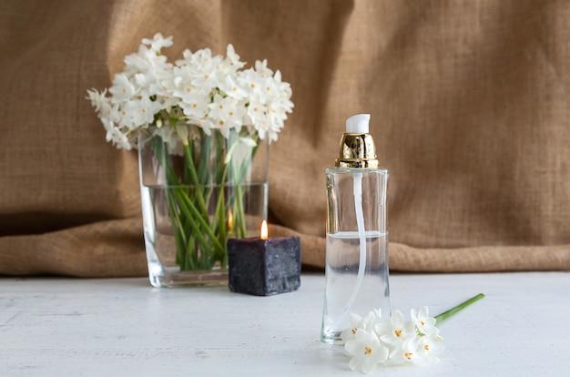 Butelka Perfum Z Kwiatami Premium Zdjęcia