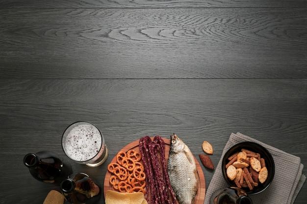 Butelka piwa i szkło z mieszanką żywności i przestrzeni kopii Darmowe Zdjęcia