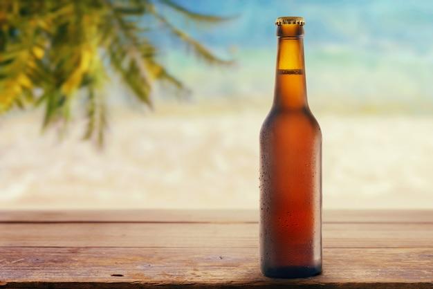 Butelka Piwa Na Plaży Premium Zdjęcia