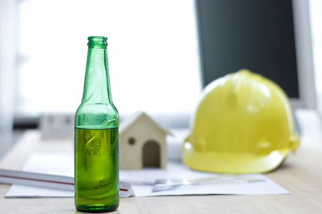 Butelka Piwa W Biurze Przy Biurku Inżyniera Premium Zdjęcia