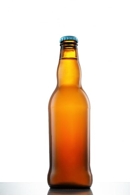 Butelka Piwo Na Białym Szkło Stole Na Bielu Odizolowywającym Premium Zdjęcia