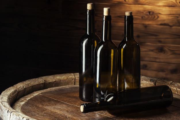 Butelka Wina Na Drewniane Tła Premium Zdjęcia
