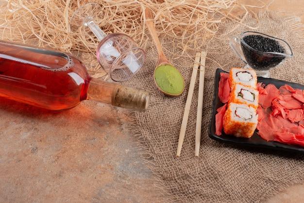 Butelka Wina Z Lampką I Sushi Na Płótnie Darmowe Zdjęcia