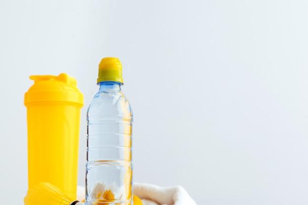 Butelka z wodą i shaker z białkiem. napoje sportowe Premium Zdjęcia