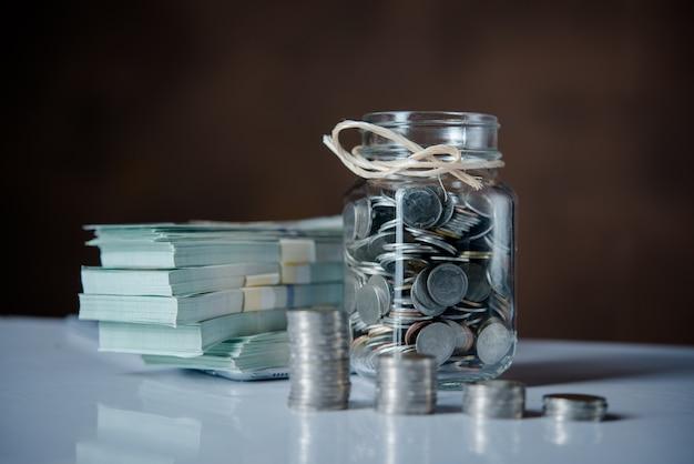 Butelki gotówki z monetami w oszczędzaniu pieniędzy koncepcji Darmowe Zdjęcia