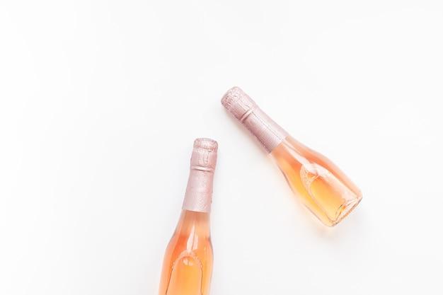 Butelki różany szampański wino na białym tle Premium Zdjęcia