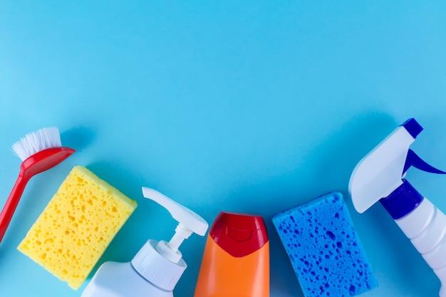 Butelki, spraye do czyszczenia domu, kolorowe gąbki do mycia naczyń i szczotka Premium Zdjęcia