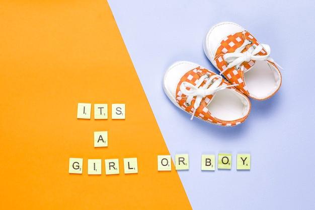 """Buty Dziecięce Lub Dziecięce Z Napisem """"it's A Girl"""" Lub """"it's A Boy"""", Widok Z Góry. Darmowe Zdjęcia"""