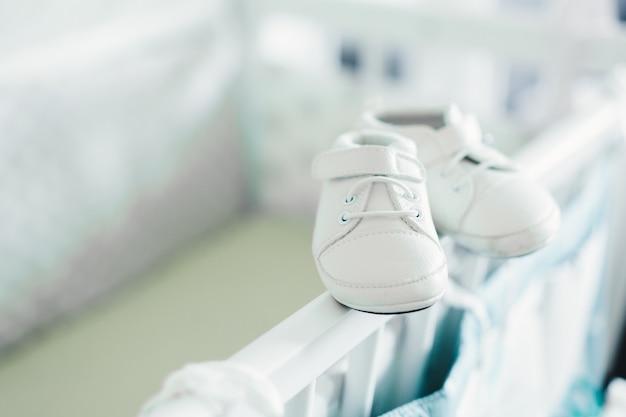 Buty Dziecięce Na łóżeczku Premium Zdjęcia