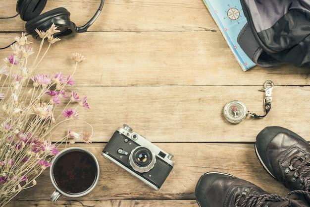 Buty, Plecak, Kompas I Inny Sprzęt Kempingowy Na Drewnianej Powierzchni. Pojęcie Wędrówki Po Górach Lub Lesie, Turystyka, Odpoczynek W Namiocie, Obóz. Leżał Płasko, Widok Z Góry. Premium Zdjęcia