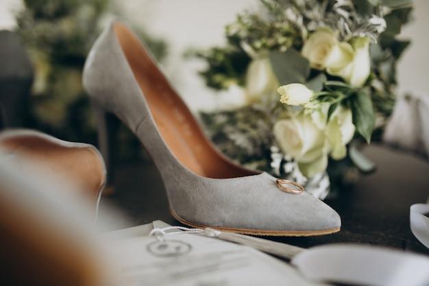 Buty ślubne Narzeczonych Z Bukietem ślubnym Darmowe Zdjęcia